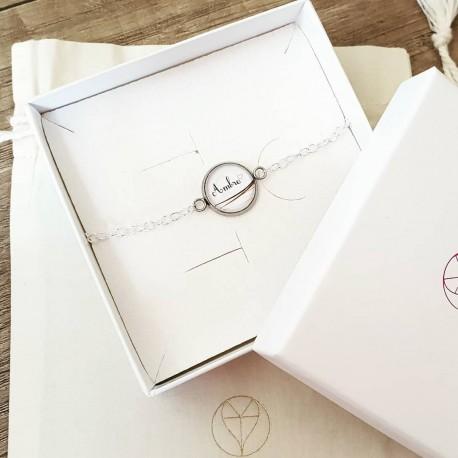 Bracelet avec rond blanc et prénom contenant vos mèches de cheveux